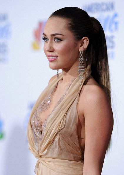 miley-cyrus-long-sleek-ponytail-hairstyle-at-2011-american+giving-awards-1
