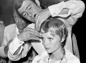 vidal_sassoon_cutting_mia_farrows_hair_3